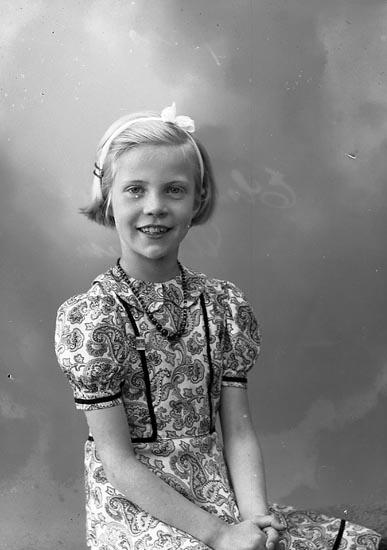 "Enligt fotografens journal nr 7 1944-1950: ""Davidsson, Elsa Ucklum""."