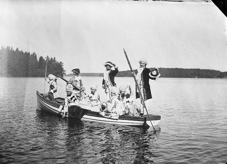 """Enligt fotografens journal nr 7 1944-1950: """"Bredin, Fru Mimmi Kungälv""""."""