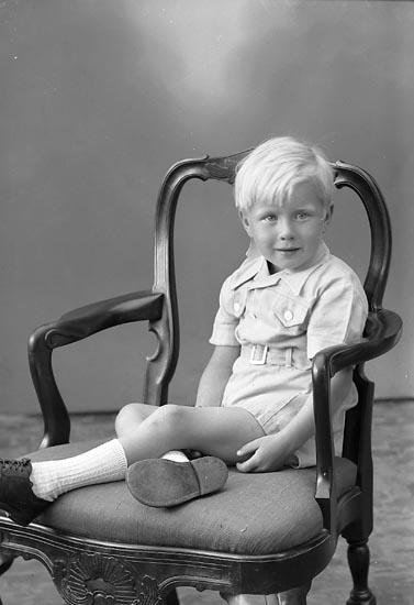 "Enligt fotografens journal nr 7 1944-1950: ""Wallin, Leif Ucklum""."