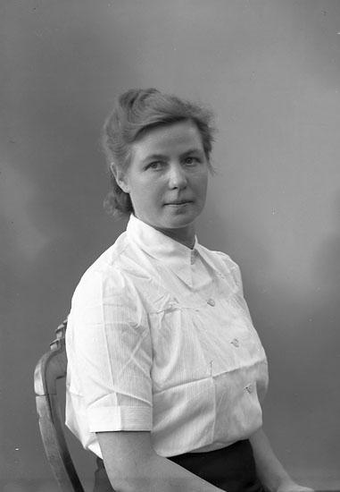 "Enligt fotografens journal nr 7 1944-1950: ""Strassman, Elsie adr. Dr. Wersäll, J-da""."