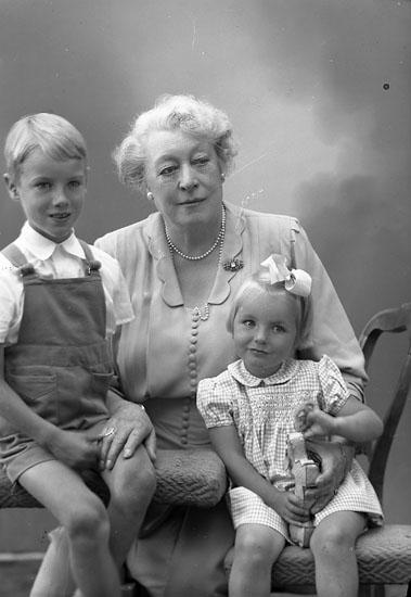 """Enligt fotografens journal nr 8 1951-1957: """"Nyström, Fru Signe Stockholm""""."""