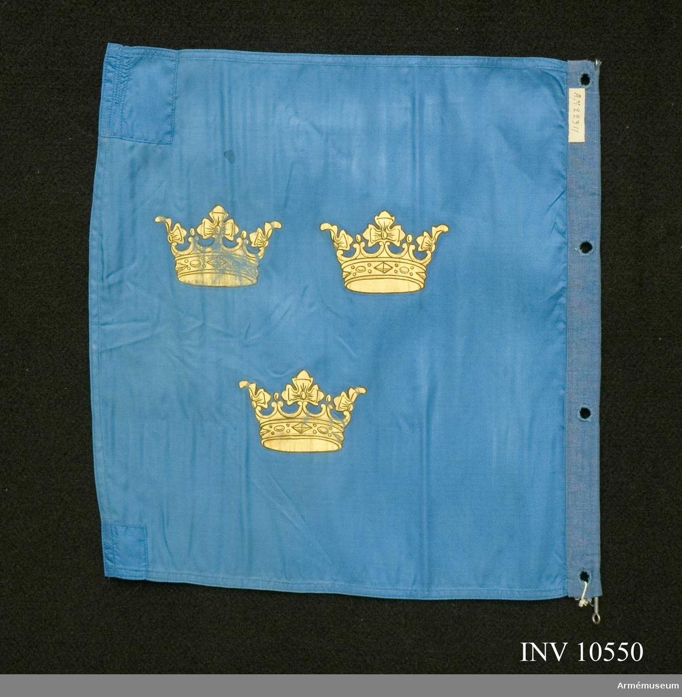 Grupp B I.  Sydd av blått fansiden med tre målade kronor i guld. Lagningar i yttre hörnen. Förstärkt med en blå linneremsa med fyra langetterade hål för upphängning.