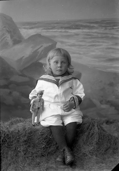 """Enligt fotografens journal nr 3 1916-1917: """"Svensson, Karl Höga Jörlanda""""."""