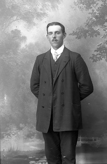 """Enligt fotografens journal Lyckorna 1909-1918: """"Larsson, Axel, Berg, Ljungskile""""."""