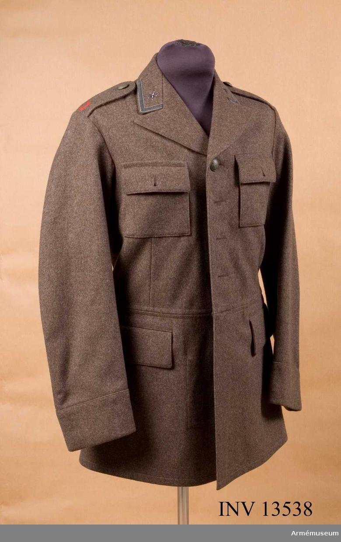 Grupp C I. Vapenrock fm/1936 med kavajslag 1936. Försöksmodell å rock, vapen- m/36 med kavajslag. Med samhörande byxor. Deposition från Arméförvaltningens intendenturdepartement, modellkammaren.