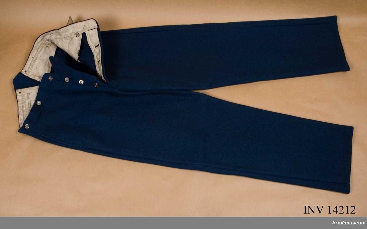 """Grupp C I. Byxor av ljusblått kläde, långa med två fickor på sidan och på  baksidan spänntamp av kläde med två järnknappar. Järnknapparna är 4 st på sprundet och 6 dito för hängslen. Foder av vitt tyg med stämpel """"1881"""", """"P.R.M."""" - prövmaessigt (modellenligt). Byxorna har pappersetikett med påskrift: Kirseisbeenklader for Menige af Fodfolket.Litteratur: Enligt Handbuch der Uniformskunde, Rick. Knötel, Hamburg 1937, sid 142: år 1850 infördes i Danska Armeen långa  byxor av ljusblått kläde. Arméen Album I. Die Daenische Armee, Leipzig. Verlag von Moritz Ruhl, sid 8: Infanteri, Uniformsbeskrivning. Byxorna är av ljusblått kläde. Bilaga sid 3. Infanteriet i likadana byxor. Danska uniformer, Haer og Flaade, tegnede af Rs. Christiansen, Köbenhavn, trol. 1912. Album i färger. Infanteriet i ljusblå byxor."""