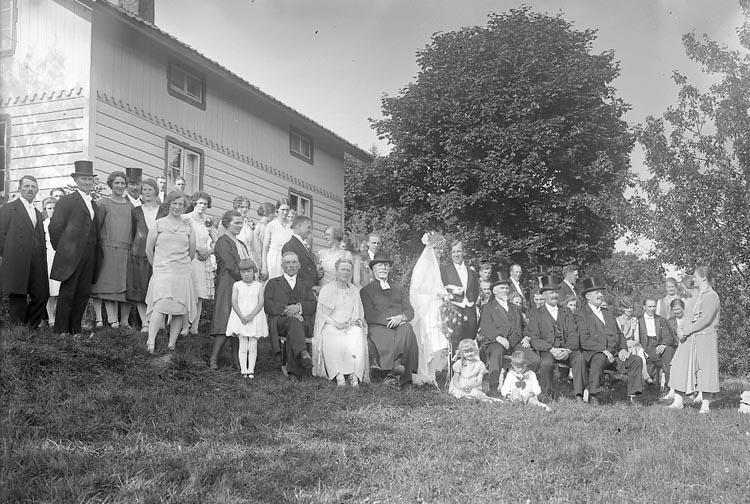 """Enligt fotografens journal nr 5 1923-1929: """"Fredrikssonska bröllopet, Hålkekärr Ucklum""""."""