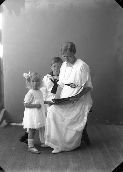 """Enligt fotografens journal nr 4 1918-1922: """"Berggren, Fru Lisa Kungelf""""."""