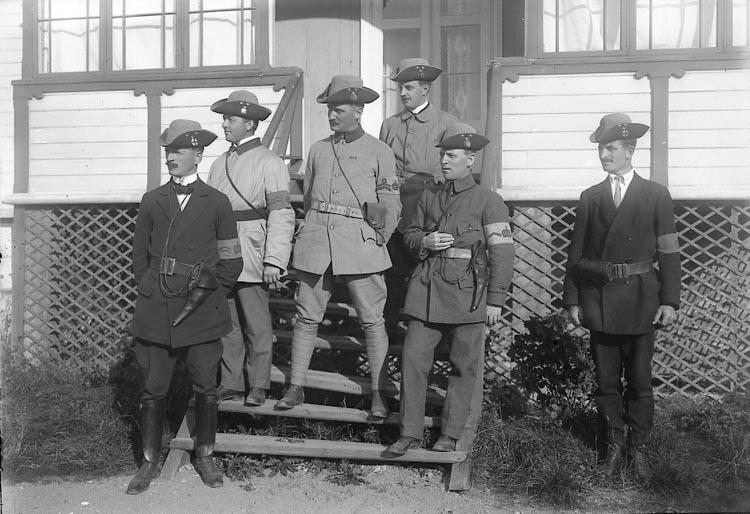 """Enligt fotografens journal nr 2 1909-1915: """"Landstormen Högkvarteret mot sjön. Kapten Torulf. """". Enligt fotografens notering: """"Landstormsexpeditionen, Hotellet Här""""."""