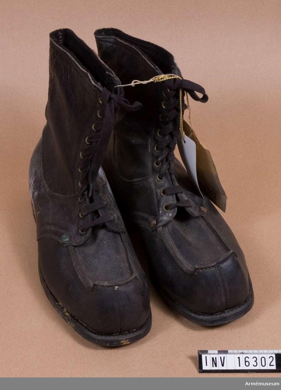 Av svart läder med näbb och snörning, gummiklack. Filtklädd inuti. Klacken är märkt Aka och sulan Valtosen Valtist.