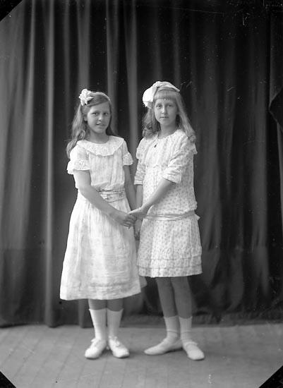"""Enligt fotografens journal nr 2 1909-1915: """"Kindal, flickor""""."""