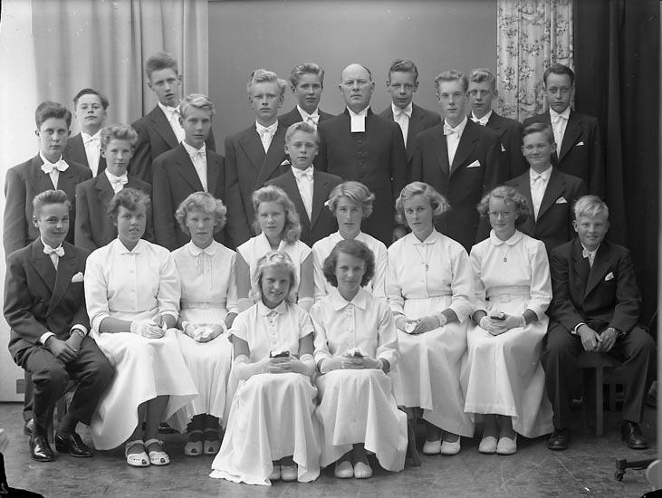 "Enligt fotografens journal nr 8 1951-1957: ""Konfirmanderna Privat, Pastor Hjalmarsson""."