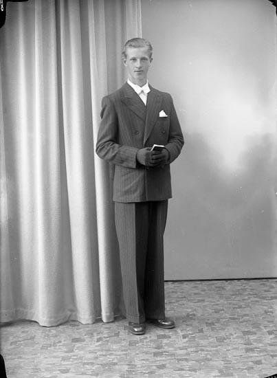 """Enligt fotografens journal nr 7 1944-1950: """"Svensson, Sven Ingvar Holmgården, Ödsmål""""."""