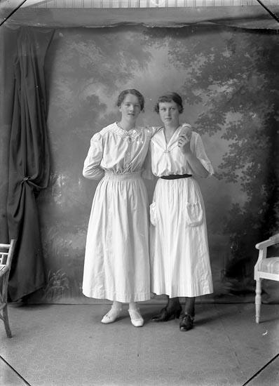 """Enligt fotografens notering: """"Olga Friberg Charlottenburg Ljungskile""""."""