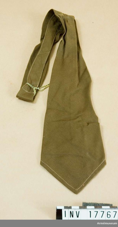 Grupp C I. Ur uniform m/1936 för menig vid 153:e infanteriet, Frankrike. M/1936 enl uppgift från M Boulin. Består av rock, skjorta, slips, byxa, benlindor, kängor, hjälm, kappa, livrem, ammunitionsväskor, tornistrar, ränsel, vin- flaska.