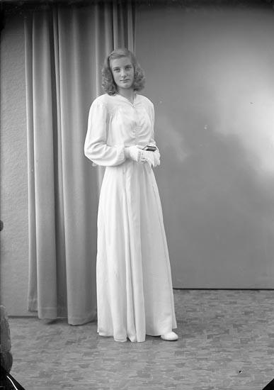 """Enligt fotografens journal 7 1944-1950: """"Arthursson, Ulla Saxeröd, Jörlanda""""."""