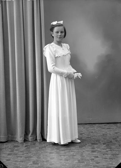 """Enligt fotografens journal nr 7 1944-1950: """"Berntsson, Anita Knarrvik, Hjälmedal""""."""