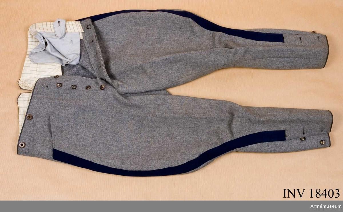 Grupp C I. Ur uniform m/1910 för kapten vid Göta livgarde, Andra livgardet bestående av vapenrock m/1910, långbyxor, ridbyxor, hatt m/1910, benlindor 1 par.