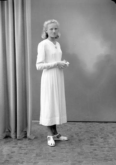 """Enligt fotografens journal nr 7 1944-1950: """"Karlsson, Asta Kyrkeby Jörlanda""""."""