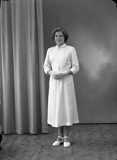 """Enligt fotografens journal nr 8 1951-1957: """"Johansson, Solnif, Vasseröd, Svanesund"""". Enligt fotografens notering: """"Solveig Johansson Vasseröd Svanesund""""."""