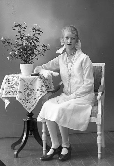 """Enligt fotografens journal nr 6 1930-1943: """"Hermansson, Karin Strandkärr Här""""."""