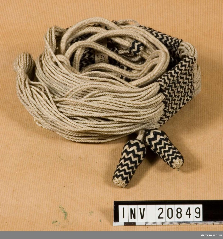 Grupp C. Husarskärp för menig vid något husarregemente. Av vita bomullssnören. Snoddar, knutar och tofsar är genomflätade med svarta bomulls- trådar. Bredden är 60 mm på skärpets mitt. Två knutar i ändarna. Fem avdelningar i rad, l:60 mm, av vita/svarta bomullssnoddar. Var avdelning har tre snoddar i rad över varandra. Lång tofs av vita snören med tre löpare. I ena änden har tofsen en 50 mm lång specialknapp täckt av svarta bomulls- trådar. Små tofsar av vita och svarta bomullstrådar, l:50 mm. LITT  Das Deutsche Reichsheer. G Krickel. Berlin. Sida 99, fig. 459. Detta knutskärp för husarer infördes i tyska armén i juli 1867. Uniformenkunde das Deutsche Heer. R Knötel. Band II. Bild 97 a. Husarknutskärp. Band IV. Beskrivning av husarknutskärp. Handbuch der Uniformenkunde, Knötel-Sieg, Hamburg. Sida 33-34. År 1867 fick husarerna skärp av vit/svart bomullstråd i stället för olikfärgade.Enl W Granberg.