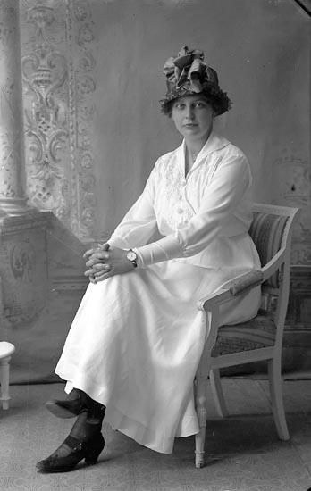 """Enligt fotografens journal Lyckorna 1909-1918: """"Pettersson, Fr. Signe Stockholm""""."""