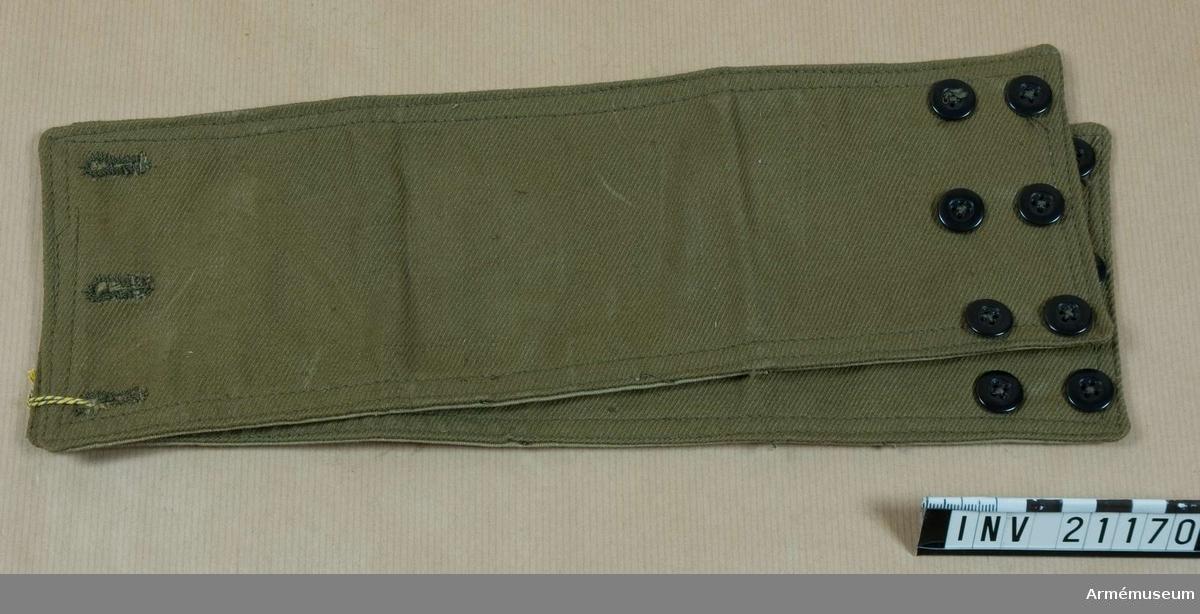 Grupp C I.  Ur uniform för manskap vid infanteriet i Polen, Består av vapenrock, ridbyxor, uniformsmössa, lägermössa, livrem med patronväskor, bajonetthylsa, ränsel, dricksflaska, kokkärl, mattornister. Av grönt bomullstyg med 3 knapphål och 6 svarta benknappar, 3 knappar i 2 rader. Foder av grönt bomullstyg. Damaskerna tillhör uniform som infördes i polska armén år 1920. Enl W Granberg 1957.  Samhörande nr är 21155-73, 22392 bajonetthylsa.