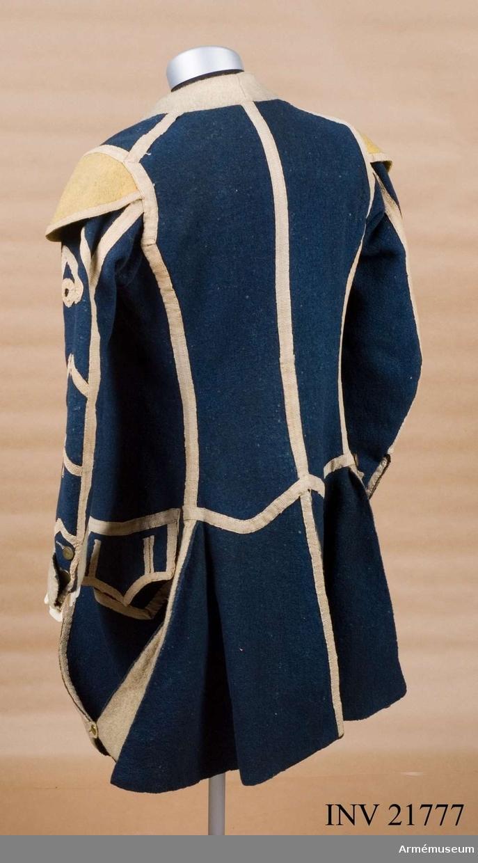 Grupp C I. Ur uniform till spel, Hälsinge regemente. 1765-79. Består av rock, väst, knäbyxor, hatt, skor, strumpor, strumpeband, halsduk, trumma med rem, trumstockar, livgehäng, huggare. PUBL  AMV Med. XX, sida 49.