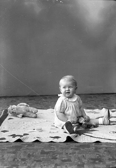 """Enligt fotografens journal nr 6 1930-1943: """"Sjöberg, Eva adr. Notarie S. Här""""."""