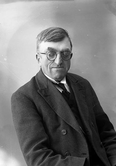 """Enligt fotografens journal nr 6 1930-1943: """"Olsson, Edv. Järnklätt Här""""."""