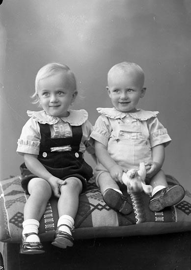 """Enligt fotografens journal nr 6 1930-1943: """"Larsson, Fru Ellen Lundby, Spekeröd""""."""