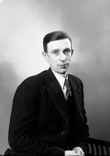 """Enligt fotografens journal nr 6 1930-1943: """"Gustafsson, Hjalmar Balkeröd, Höviksnäs""""."""