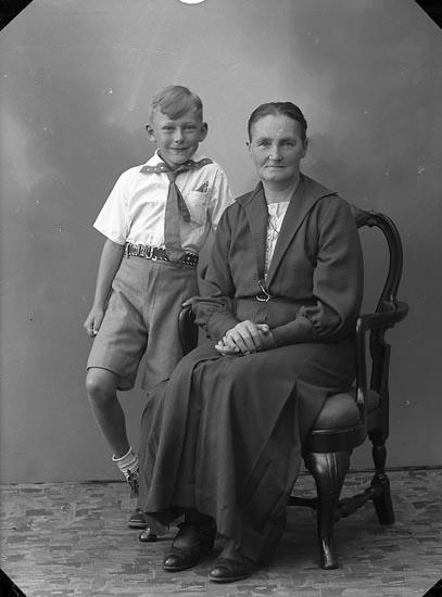 """Enligt fotografens journal nr 6 1930-1943: """"Johansson, Fru Alma (Urmakare) Här""""."""