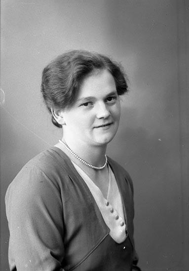 """Enligt fotografens journal nr 6 1930-1943: """"Niklasson, Signe Berga, Här""""."""