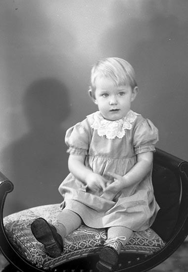 """Enligt fotografens journal nr 6 1930-1943: """"Fru Hulda Alfredsson Hallerna Här""""."""