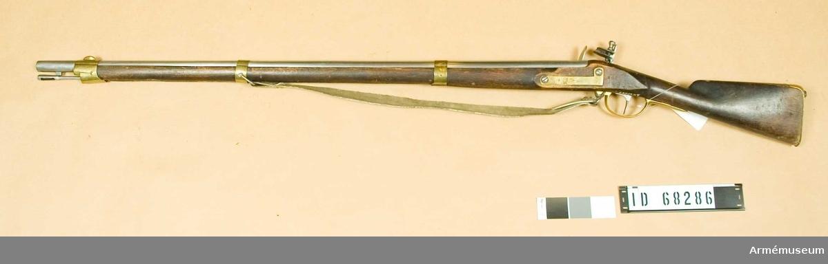 Grupp E II b. Med vit rem och laddstock m/1799.  Samhörande nr är 23575-6, gevär, bajonett.