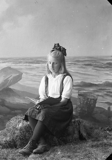 "Enligt fotografens journal nr 4 1918-1922: ""Abrahamsson, Amy Apleröd, Ödsmål""."