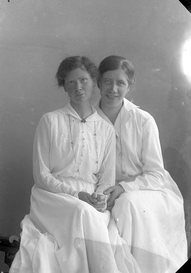 """Enligt fotografens journal nr 4 1918-1922: """"Jönsson, Syster Emilia Här""""."""