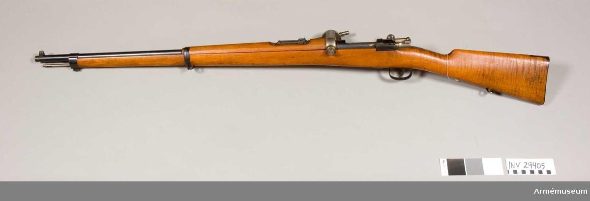 """Grupp E II f Mausergevär med påsatt tryckmätare som är signerad """"A och R Hahn Cassel"""". Modell och tillverkningsplats är skrivna på ett slaviskt språk."""