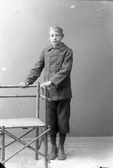 """Enligt fotografens journal nr 2 1909-1915: """"Svanberg, Sven Känstorp, Spekeröd""""."""