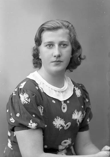 """Enligt fotografens journal nr 6 1930-1943: """"Mattsson, Harriet Mjölkaffären Här""""."""