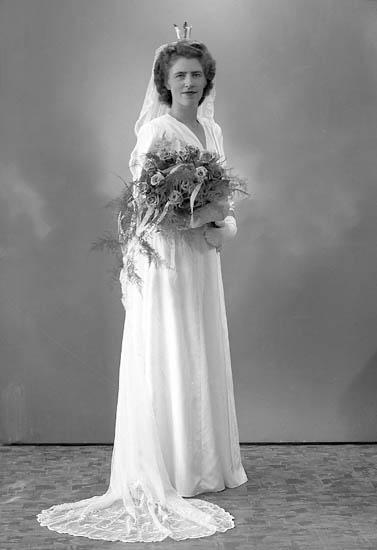 """Enligt fotografens journal nr 7 1944-1950: """"Bengtsson, Herr Gustaf Pensionatet Svenhösgen bruden""""."""