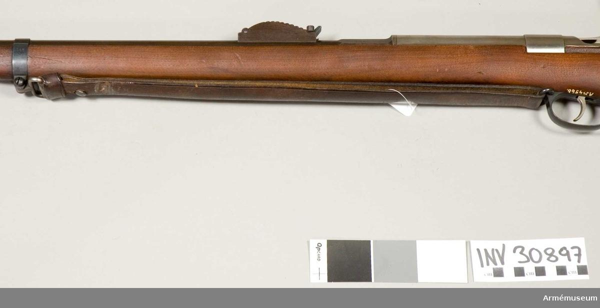 Samhörande nr är 30894-7, gevär, skydd, fodral, rem. Jarmann. Grupp E II. Av svart läder och har en knapp av järn. Bilaga: ink skr från generalfälttygmästarens expedition 30/11 1906, dnr 1686.