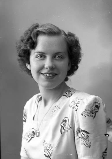 """Enligt fotografens journal nr 7 1944-1950: """"Weidenberg, Fr. Gulli, adr. Arfwidsson, Kålhättan""""."""
