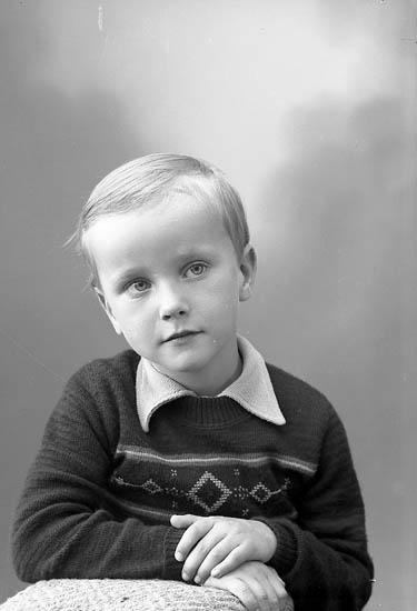 "Enligt fotografens journal nr 8 1951-1957: ""Sjöholm, Clas-Göran Stenungsund""."
