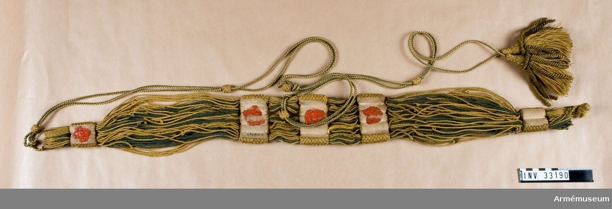 Grupp C. Ur uniform för manskap vid Jämtlands hästjägarkår; 1831-45. Består av jacka, epåletter, skärp, halsduk, tschakå m tillbehör, mössa, byxor, kartusch m rem, sabelkoppel, handrem, stövlar, sporrar. Skärp enligt go 24/2 1820, Jämtlands hästjägare. Modellexemmplar.