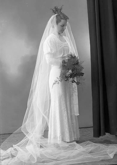 """Enligt fotografens journal nr 6 1930-1943: """"Larsson, Herr Einar Hjälmarne Här bruden""""."""