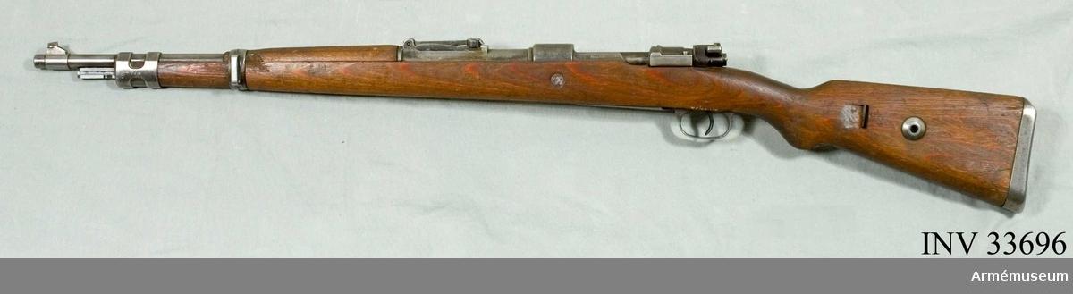 Grupp E II. Kort gevär m/1898, Tyskland. Kolven av lamellträ.