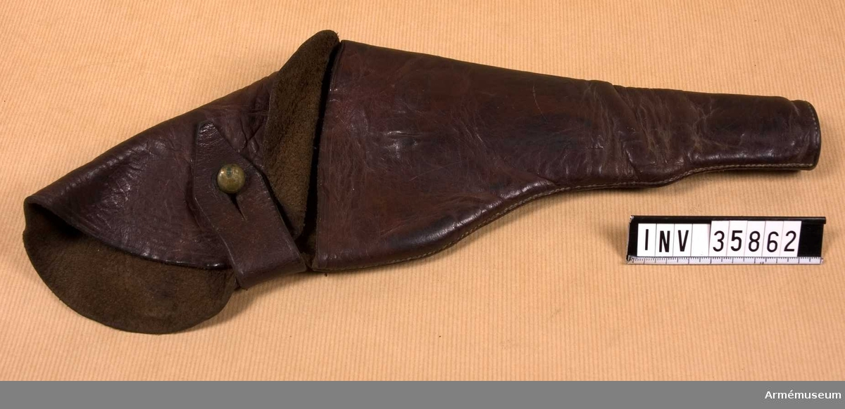 Grupp E III h. Hölstren är ursprungligen av brunt läder. Locket har en mässingsknapp på vilken en läderknapp knäppes. Livbältesfästet är en 75 mm lång och 45 mm bred rem. Flertalet remmar prydes av ett par ränder längs kanterna samt ett Andreaskors. Dessutom fyra inpressade ornament med formen av ett kors vilkas armar slutar i stiliserade blommor.Hölstren har använts av Röda Korsets manliga personal och förts tillsammans med revolvrar m/1884, AM 40300-40340. De är dock inte ursprungligen avsedda för dessa vapen utan för revolver med betydligt längre pipa. Den svenska revolvern m/1871 med 150 mm lång pipa passar utmärkt i dessa hölster, varför det sistnämnda säkerligen tillverkats för dylik revolver. Hölstren överensstämmer inte med någon armémodell, utan har sannolikt, liksom revolver m/1884, ursprungligen kommit från flottan. Några av hölstren har vid senare reparationer avskurits så att de passar för revolver m/1884.